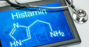 Tablet mit der chemischen Strukturformel von Histamin