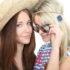 Zwei Frauen im Sommer mit Hut und Sonnenbrille