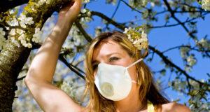 Eine Frau mit einer Gesichtsmaske